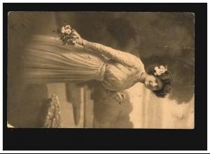 AK Frauen: Frau mit Blumenstrauß im Park, Pforzheim 16.12.1912