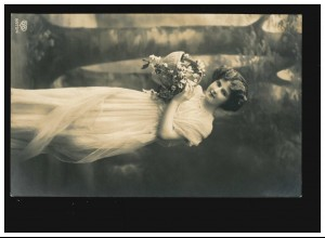 AK Frauen: Frau langes Kleid mit Blumen im Korb vor Bäumen, Wels 17.04.1913