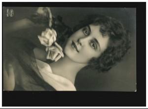 AK Frauen: Frau kurze Haare mit Rosen, Reith/Innsbruck 04.10.1928