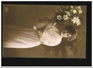AK Frauen: Frau Kleid Blumenvase weisse Blumen Geburtstag, Münchberg 30.01.1915