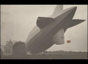 Foto-Ansichtskarte Luftschiff Zeppelin vor Hangar, EF 8 Pf. KONSTANZ 10.7.28