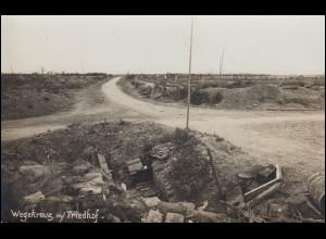 Foto-Ansichtskarte I. Weltkrieg: Wegkreuz mit Friedhof, ungebraucht