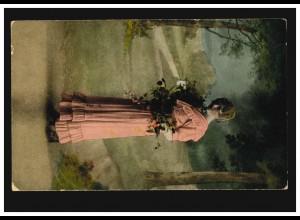Künstler-AK Frau im rosa Kleid mit Blumen vor Landschaftsbild, ungebraucht