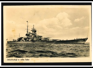 Foto-AK Kriegsschiffe: Schlachtschiff der Deutschen Kriegsmarine in voller Fahrt