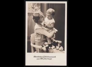 Frau lächelnd mit Kleinkind auf dem Arm Blumen Glückwunsch Muttertag ungebraucht